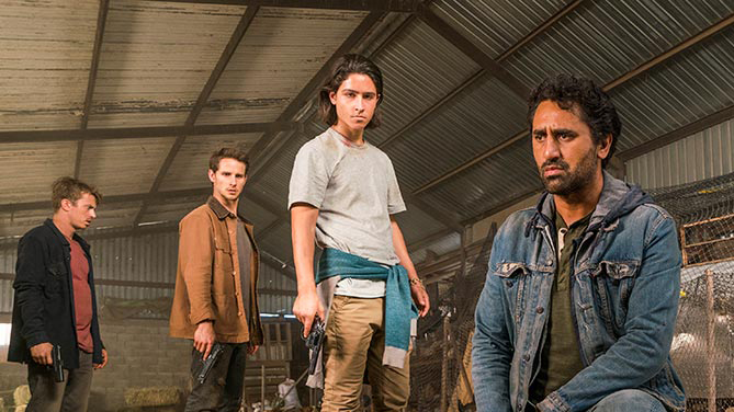 Christopher Manawa (Lorenzo James Henrie) and Travis Manawa (Cliff Curtis) in episode 10 of Fear The Walking Dead